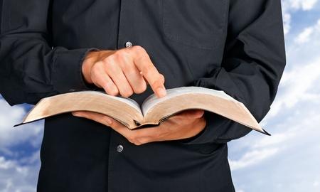 - Les trois options pour faire naître le Christ dans notre coeur d'enfant de Dieu/ 43211032-biblia-sacerdote-predicador-