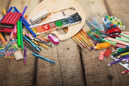to glue: Escuela, tiza, pegamento.