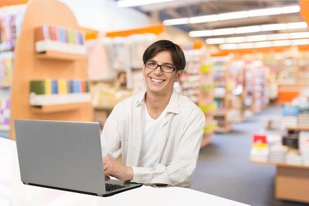 usando computadora: Estudiante.