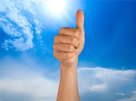 manos levantadas: Pulgares hacia arriba.