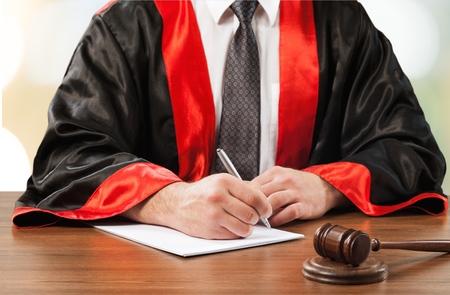 martillo juez: Corte.
