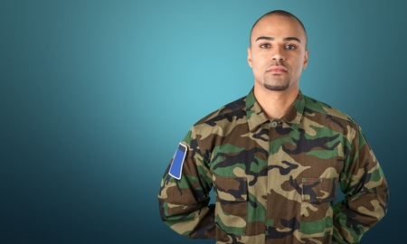 uniformes: Hombre con el uniforme militar Foto de archivo