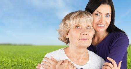 familia abrazo: Mujer joven y una mujer mayor