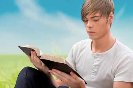 persona leyendo: Biblia.