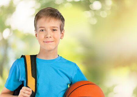 niño con mochila: Colegio.