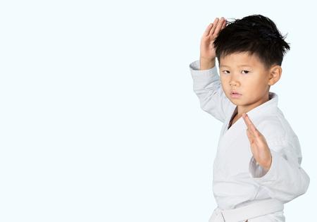Jong kind met karate vormt.