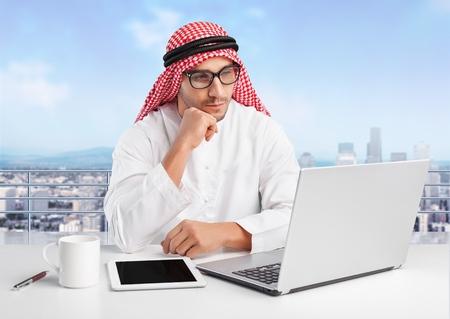 hombre arabe: Hombre de negocios árabe.