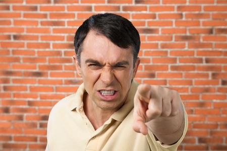 enfado: Señalando hombres furiosos.