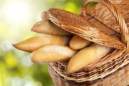 canasta de pan: Baguettes de pan. Foto de archivo