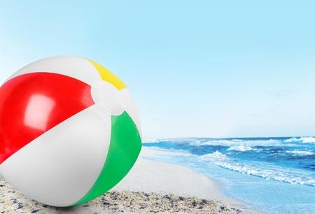 toalla: Pelota de playa. Foto de archivo