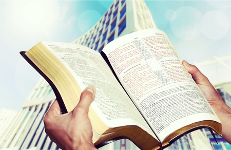 biblia abierta: Abrir la Biblia. Foto de archivo