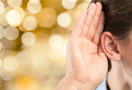 personas escuchando: Escucha del oído.