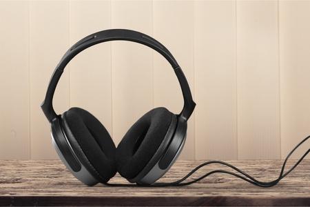 listening to music: Auriculares de cable. Foto de archivo