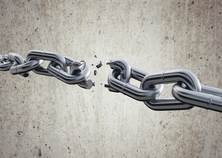 cadena rota: Fractura de cadena. Foto de archivo