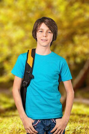 niño con mochila: Jugar al muchacho.