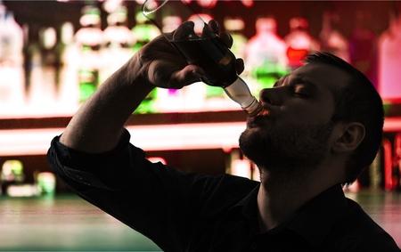 tomando alcohol: Alcoholismo.