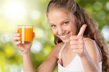 tomando jugo: Beber jugo.