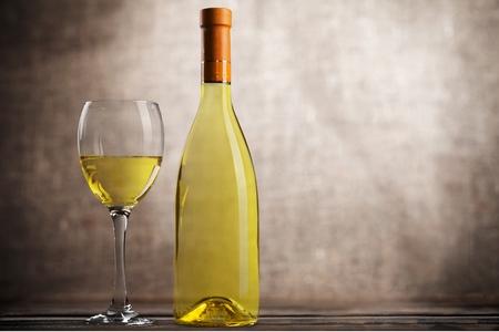 wine: Botella de vino.