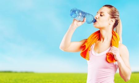 tomando agua: Agua potable. Foto de archivo