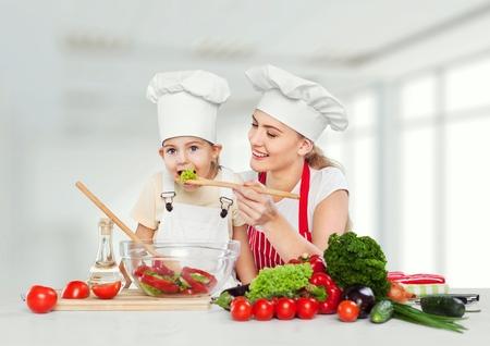 mama e hija: Comer cabrito.