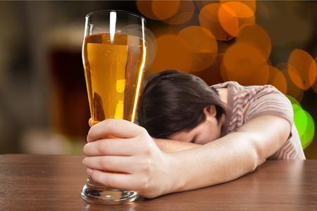 ebrio: Las mujeres alcoholismo. Foto de archivo