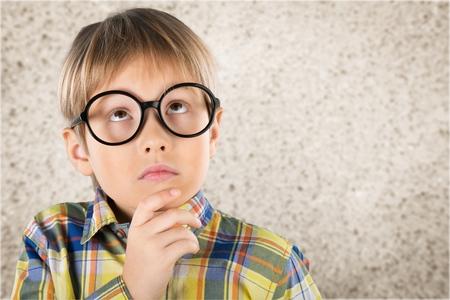 Kid questionnement. Banque d'images - 46127117