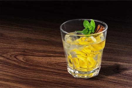 gin: Gin tonic.