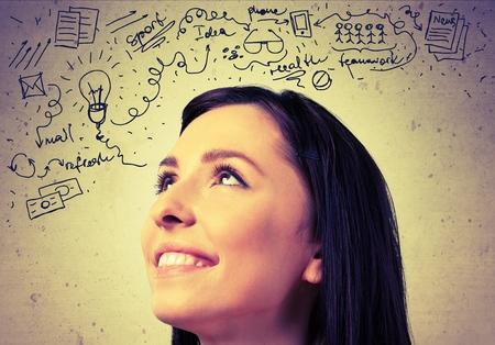 mujeres pensando: Mujeres Pensamiento.