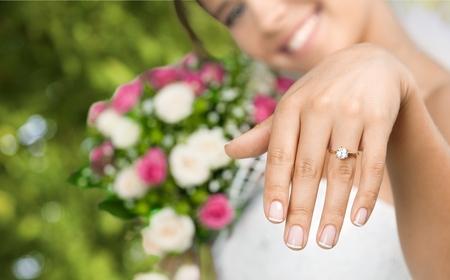 anillo de compromiso: Anillo de bodas. Foto de archivo