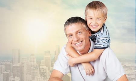familia abrazo: Hijo y padre.