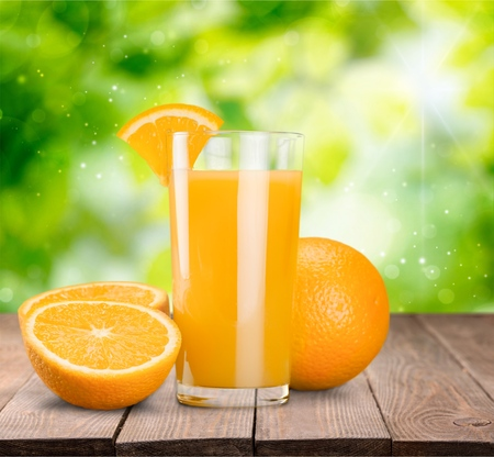 verre de jus d orange: Du jus d'orange.