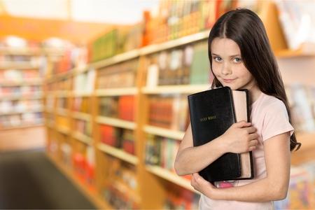 ragazza innamorata: Bibbia Bambino. Archivio Fotografico