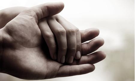 cogidos de la mano: Manos humanas. Foto de archivo