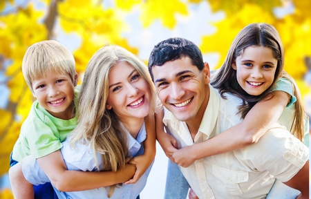 familia abrazo: Familia al aire libre.