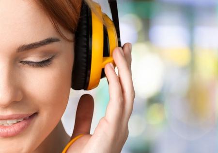 personas escuchando: Auriculares. Foto de archivo
