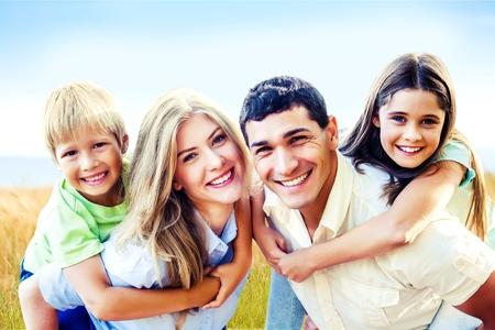 familia abrazo: Retrato de familia.  Foto de archivo