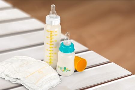 teteros: Pañales para bebés y botellas. Foto de archivo