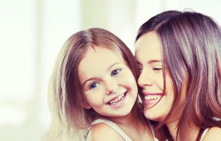 familj: Mamma kramar. Stockfoto