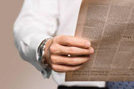 persona leyendo: Papel periodico.
