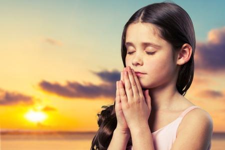 niño orando: Orar.