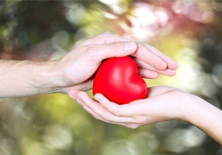 bondad: Corazón en las manos.