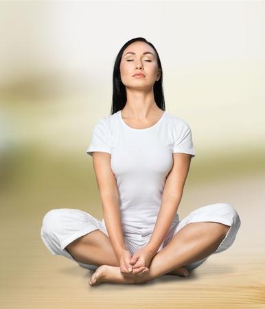buena postura: El ejercicio de yoga.