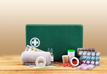 first aid kit: Botiqu�n de primeros auxilios.