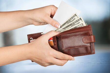 pagando: El pago en efectivo.