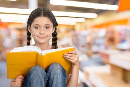personas leyendo: Leyendo.