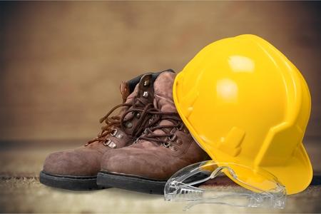 zapatos de seguridad: Casco de seguridad. Foto de archivo