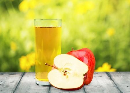 vaso de jugo: Jugo de manzana. Foto de archivo