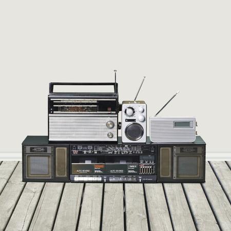 gente bailando: Radio en el fondo de madera Foto de archivo