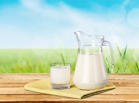 tomando leche: Leche.  Foto de archivo