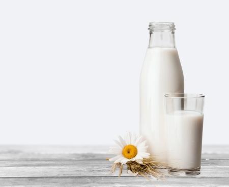 tomando leche: Botella de leche.